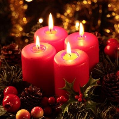 Rote Adventskerzen zur Weihnachtszeit