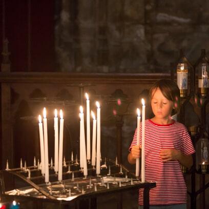 Ein Altar mit verschiedenen Kerzen