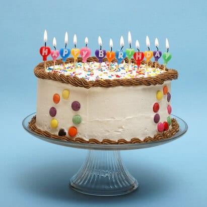 Brennende Geburtstagskerzen auf einem Kuchen