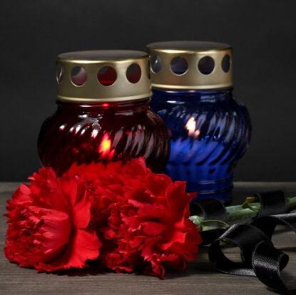 Blaue und rote Grabkerzen für Beerdigung