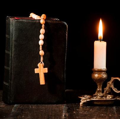 Trauerkerze mit Bibel und Gebetskette