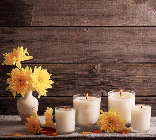 Viele schöne Kerzen in Gläsern