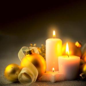Weihnachtskerzen mit Christbaumkugeln