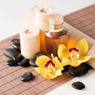 Duftkerzen im Glas mit Ätherisches Ölen und Blumen