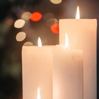 Große hohe brennende Kerzen