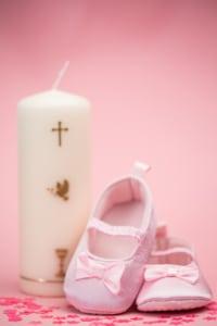Rosa Taufkerze für Mädchen personlisiert mit einem Kreuz, Kelch und Taube