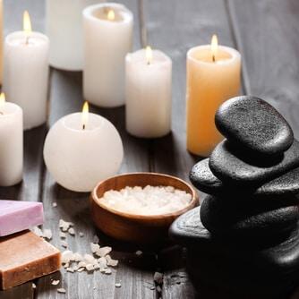 Schöne dekorative Wachskerzen, Spa, Steine, Salz