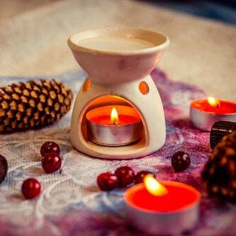 Eine Aromaduftlampe aus Keramik mit Teelicht