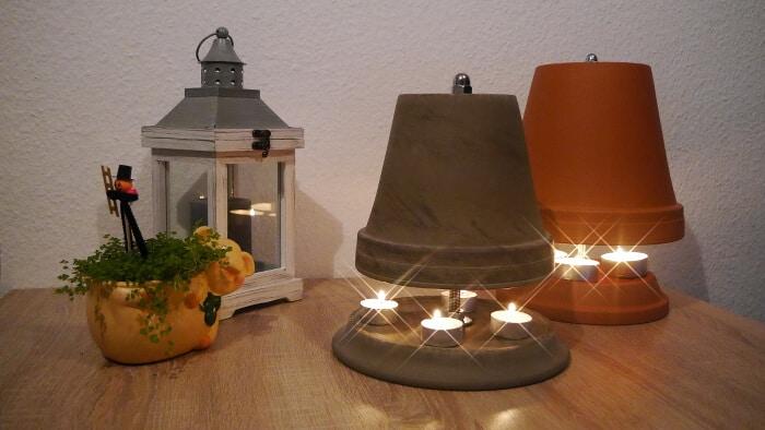 tolle teelichtofen aus verschiedenen töpfen mit brennen kerzen