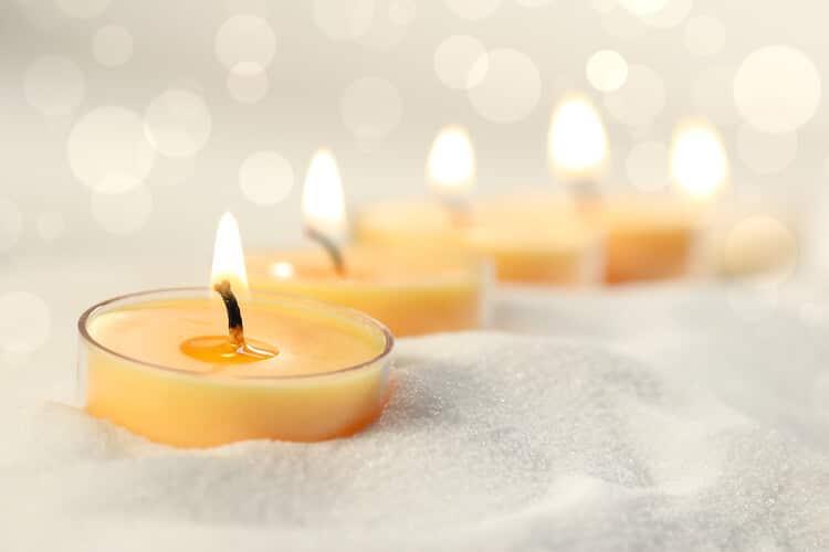 Brennende aromatisierte Teelichter im Bastelsand
