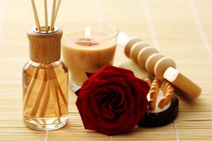 Nach rosen duftender Lufterfrische mit Stäbschen und Kerze