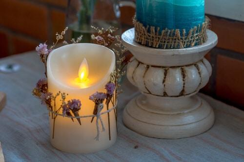 Flammlose Kerze dekoriert mit Blumen