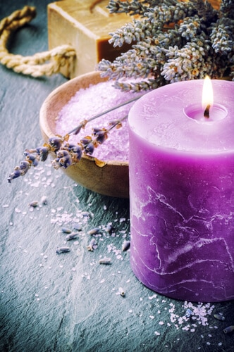 Lila Kerzen-Stumpen mit wohltuenden Lavendel-aroma