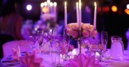 Elegant gedeckter Dinnertisch mit silbernen Kerzenhalter und Ständern 5-armig
