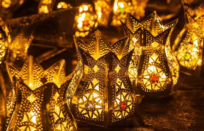 Orientalisches Windlicht aus goldenem Metall