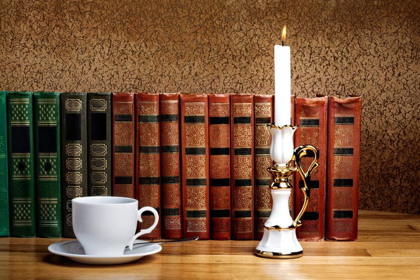 Porzelanständer für Kerzen mit Gold und weiß mit einer Tasse Tee