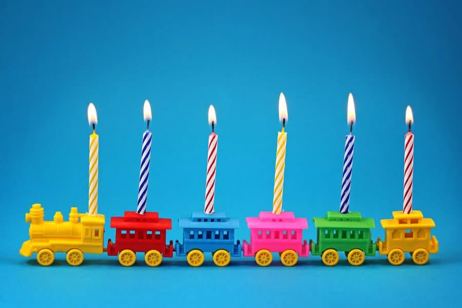 Geburtstagszug-Karawane bestehend aus einzelnen Wagons mit Kerzen