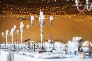 Gläzender Metallständer auf Tisch bei einer Hochzeit