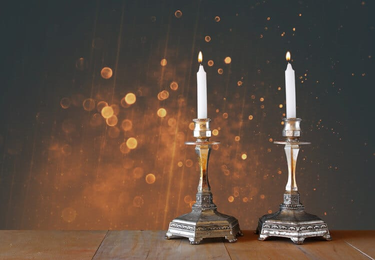 Halter mit dünnen, langen stabförmigen Kerzen
