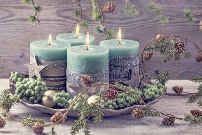 Weihnachtlicher Dekoteller mit Adventsstumpenkerzen