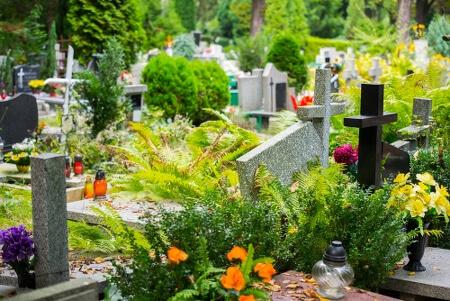 Gepflegte Gräber auf einem Friedhof einigen Glas-Grablichtern