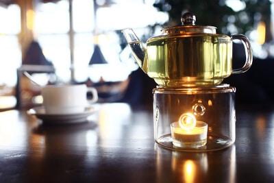 Gläsernes Stövchen mit Teekanne - Zeremonie