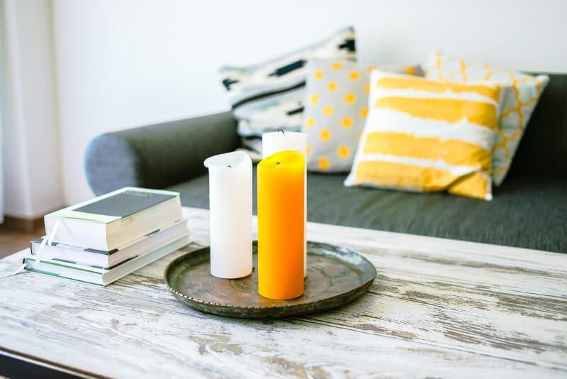 Große zylinderförmige Kerzen auf dem Wohnzimmertisch zur Deko