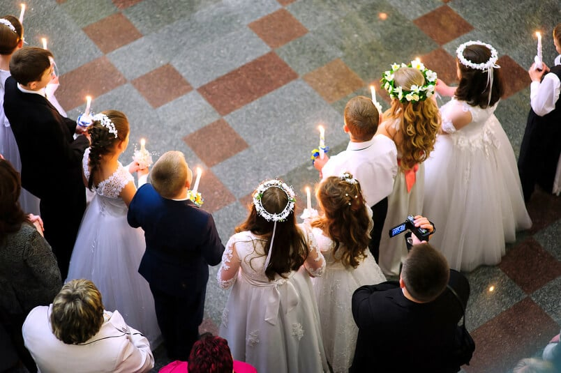 Gruppe Jugendlicher bei ihrer kirchlichen Kofirmation