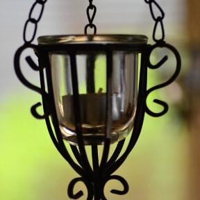 Hängender Teelichthalter an Metallkette