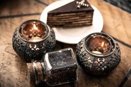 Halter aus schwarzem Metall für kleine Kerzen