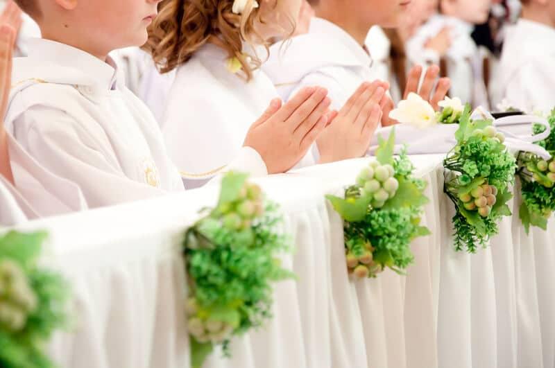 Kinder bei der ersten heiligen Kommunion