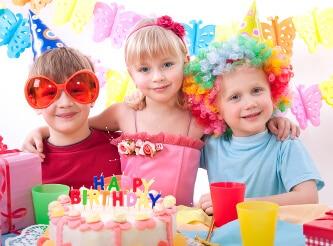 Kindergeburtstagsparty mit vielen Geschenken und leckerer Marzipantorte