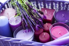 Korb voller Zylinder-Candles in lilafarbtönen (brombeere, flieder, taube, violett, blue, rosa)