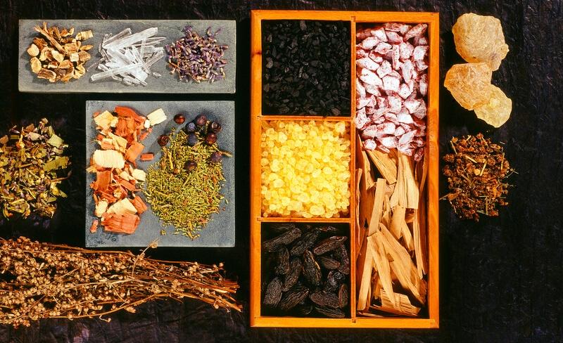 Kräutermischung, verschiedene Harze, Weihrauch und Hölzer
