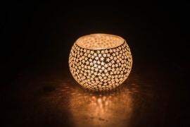 Leuchtende Glaskugel für kleine Kerzen