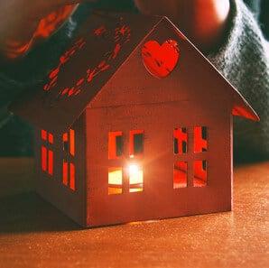 Lichthaus mit Kerze aus Metall