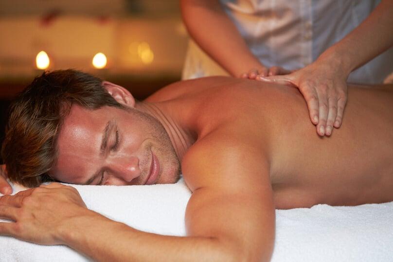 Mann bei einer entspannten Rückenwachsmassage