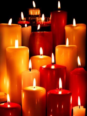 Mehrere hohe Kerzen perfekt geeignet um einen Altar zu zieren