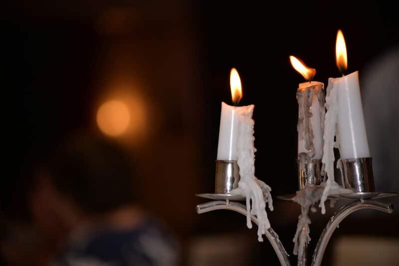 Mit Wachs vollgetropfter Kerzenhalter