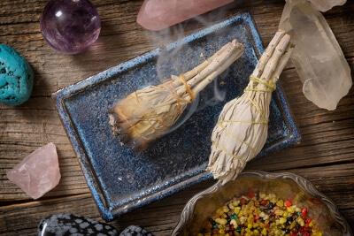 Rauchender Weihrauch und Kristalle für eine Zeremonie