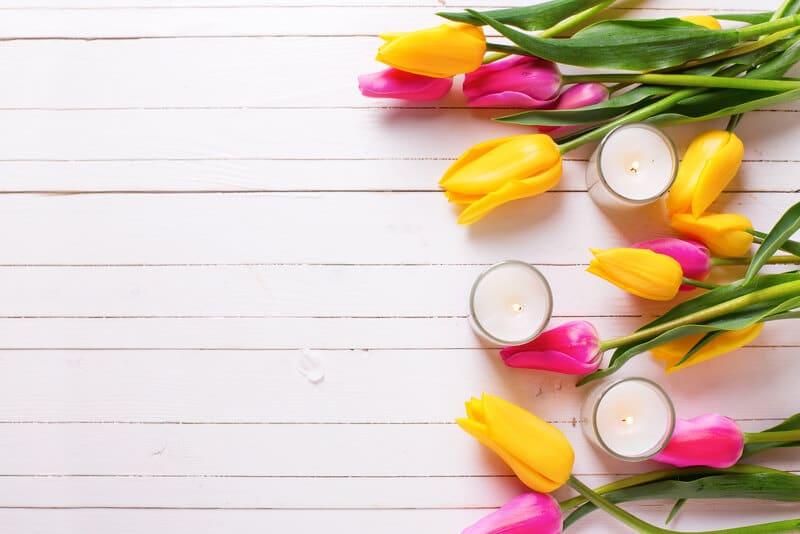 Schöne osterliche Deko mit Tulpen und Kerzen