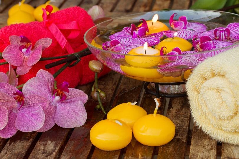 Schwimmende gelbe Kerzen im Wellnessbereich