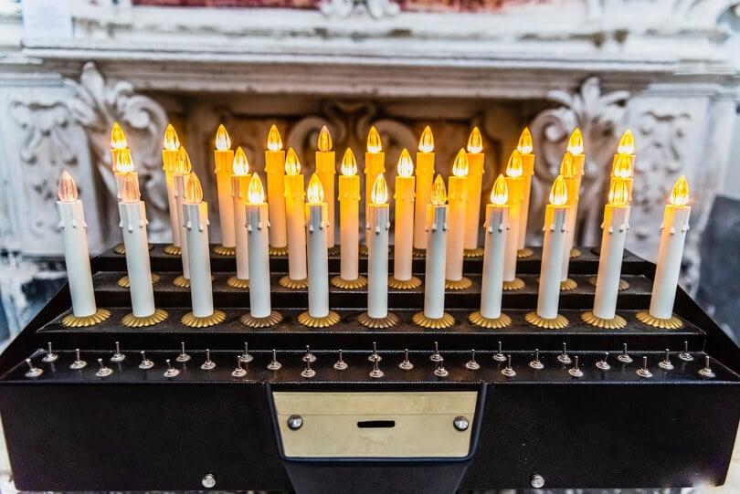 Selbst in Kirchen und öffetntlichen Einrichtungen wird aus Sicherheitsgrünen die elektrische Spitzkerze verwendet