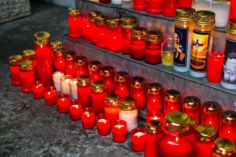 Viele weiße und rote Lichter aufgestellt an einem Grab-Denkmal