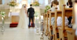 Brautpaar vor dem Kirchenaltar